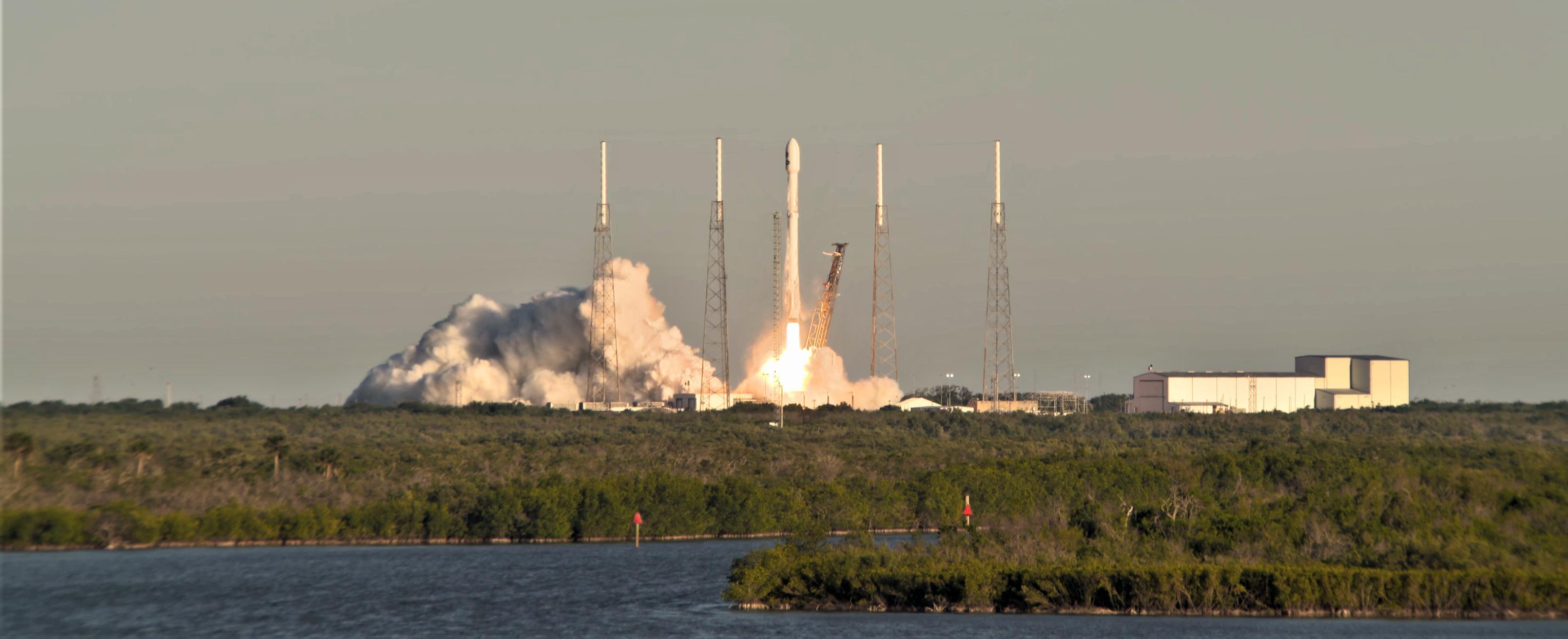 Falcon 9 B1045 TESS liftoff LC40 (NASA)(c)