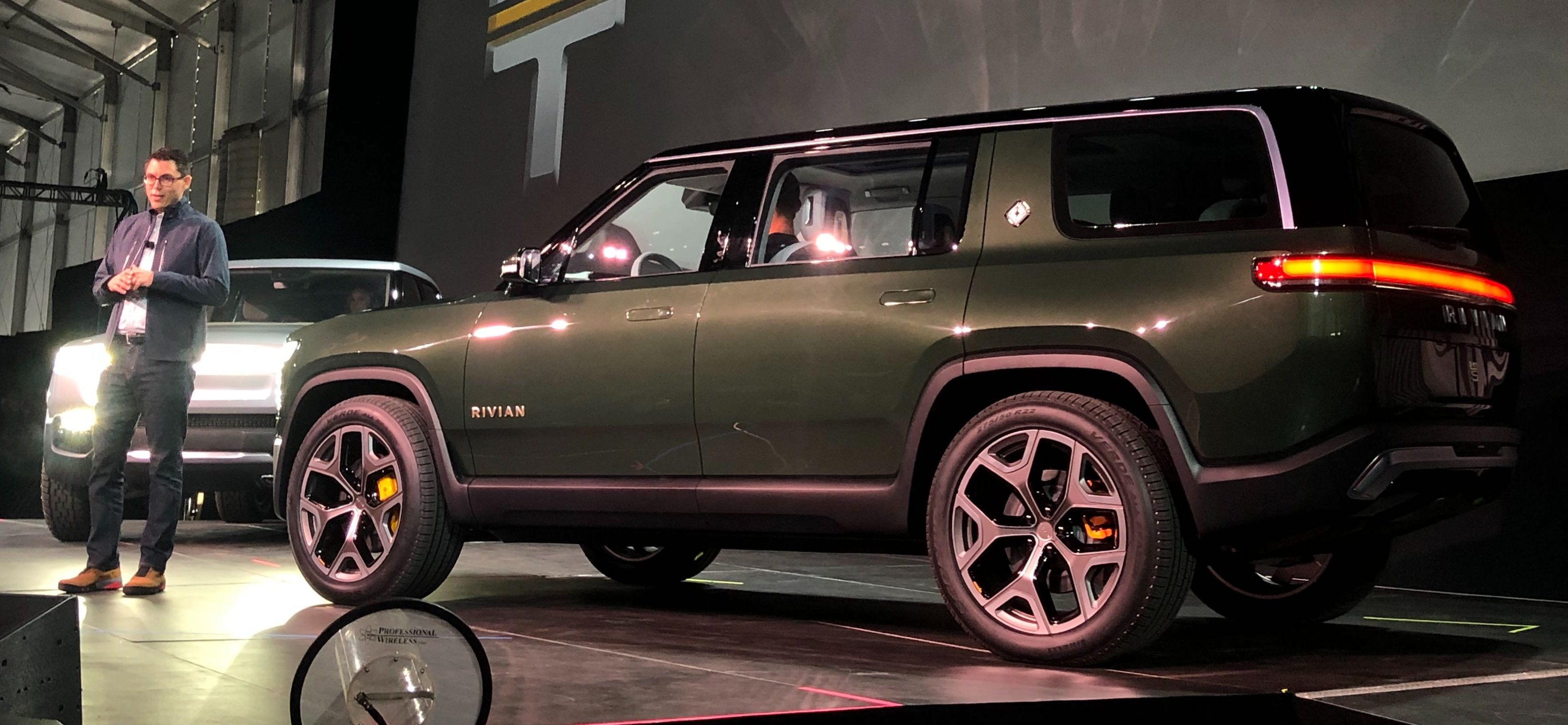 Rivian R1s 7 Seat 410 Mile Suv Is Taking On Land Rover
