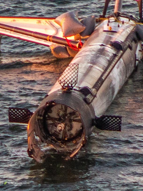 Falcon 9 B1050 at sea 120618 (Tom Cross) detail 4(c)
