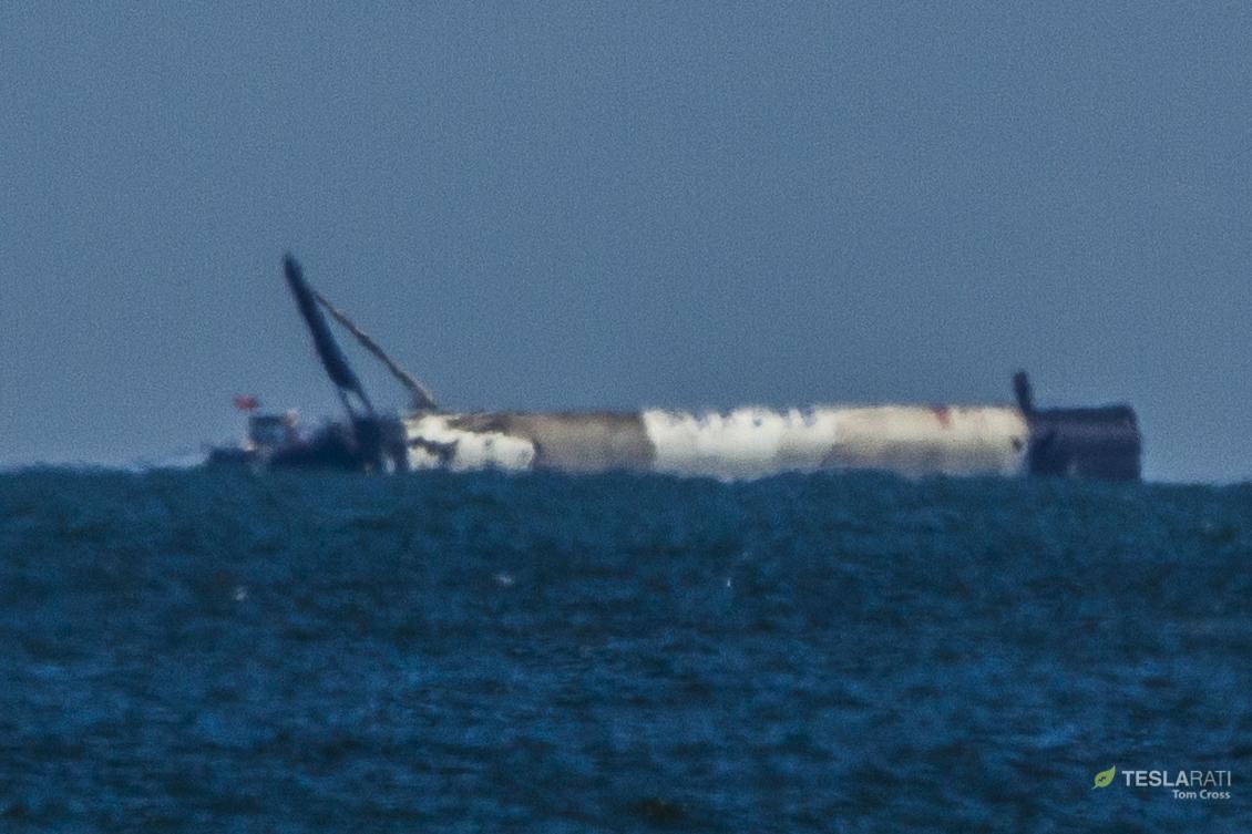 Falcon 9 B1050 at sea 120618 (Tom Cross) horizon 1