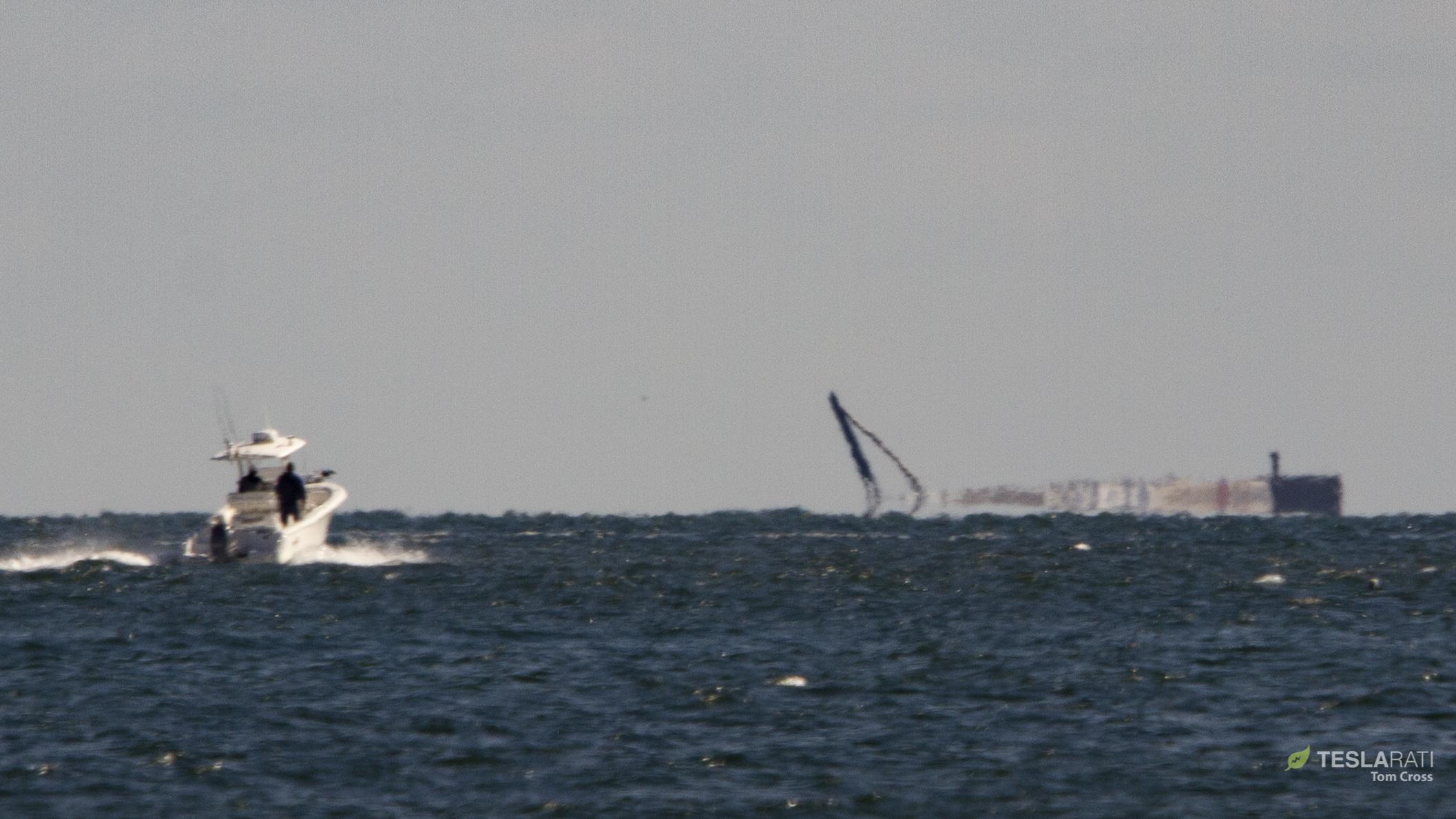 Falcon 9 B1050 at sea 120618 (Tom Cross) horizon 2