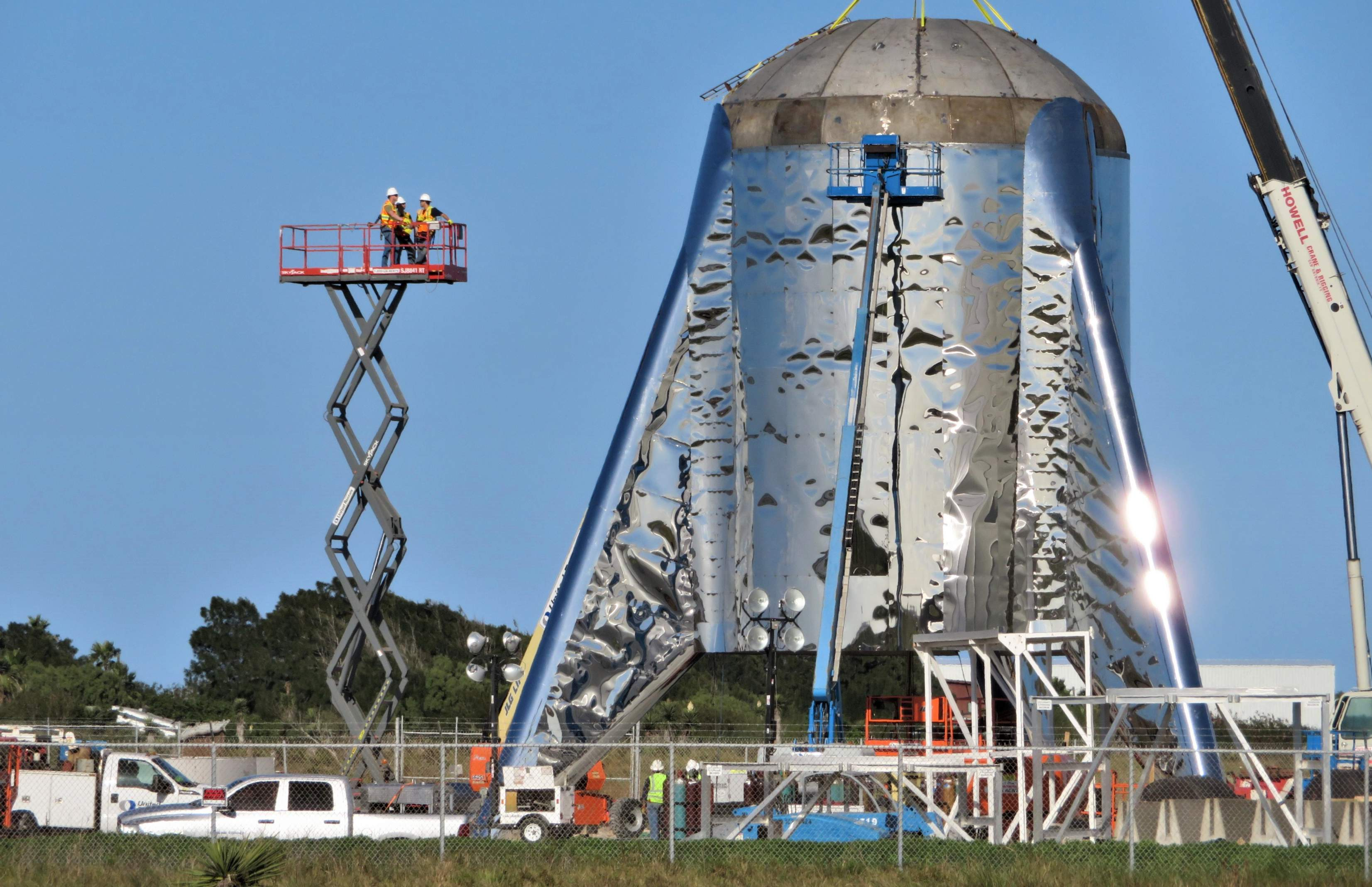 Boca Chica Starship final dome install 012419 (NASASpaceflight – bocachicagal) 3 crop (c)