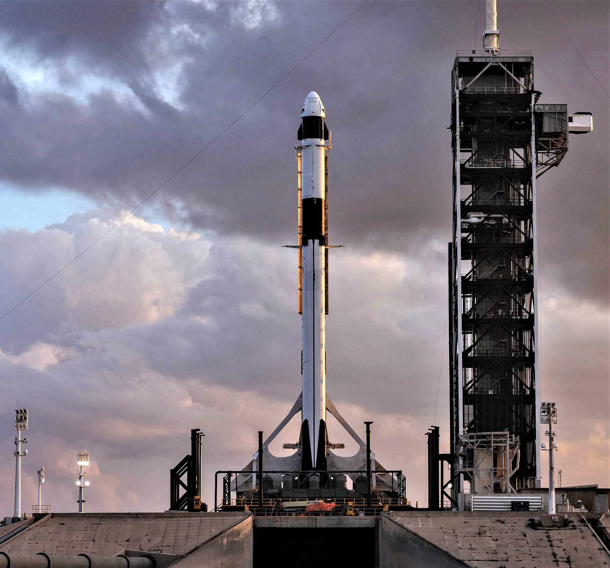 Crew Dragon DM-1 Falcon 9 B1051 rollout (SpaceX) 3 square(c)