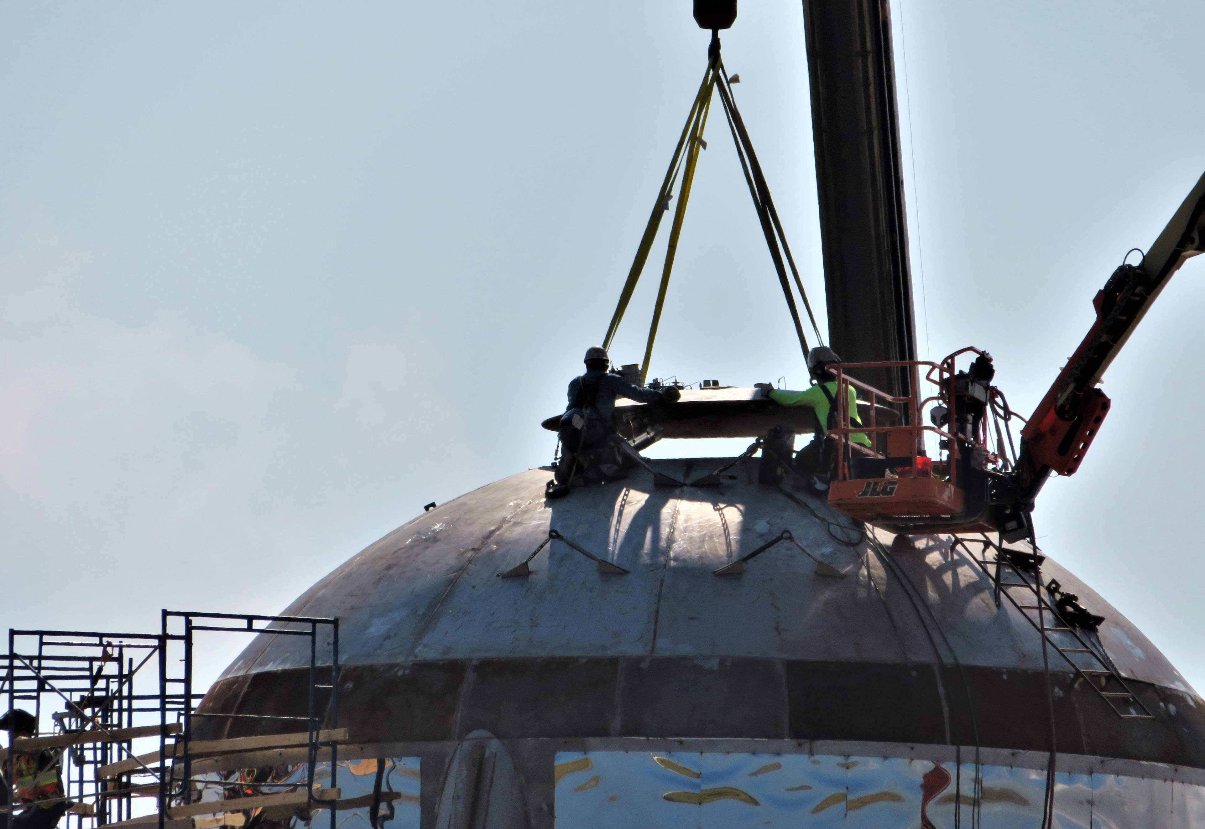 Boca Chica Starship dome cap install 020519 (NASASpaceflight – bocachicagal) 2 (c)