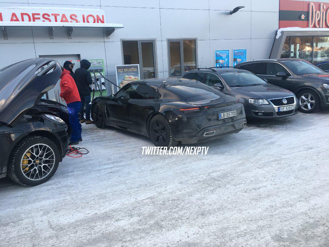 porsche-taycan-winter-driving-2