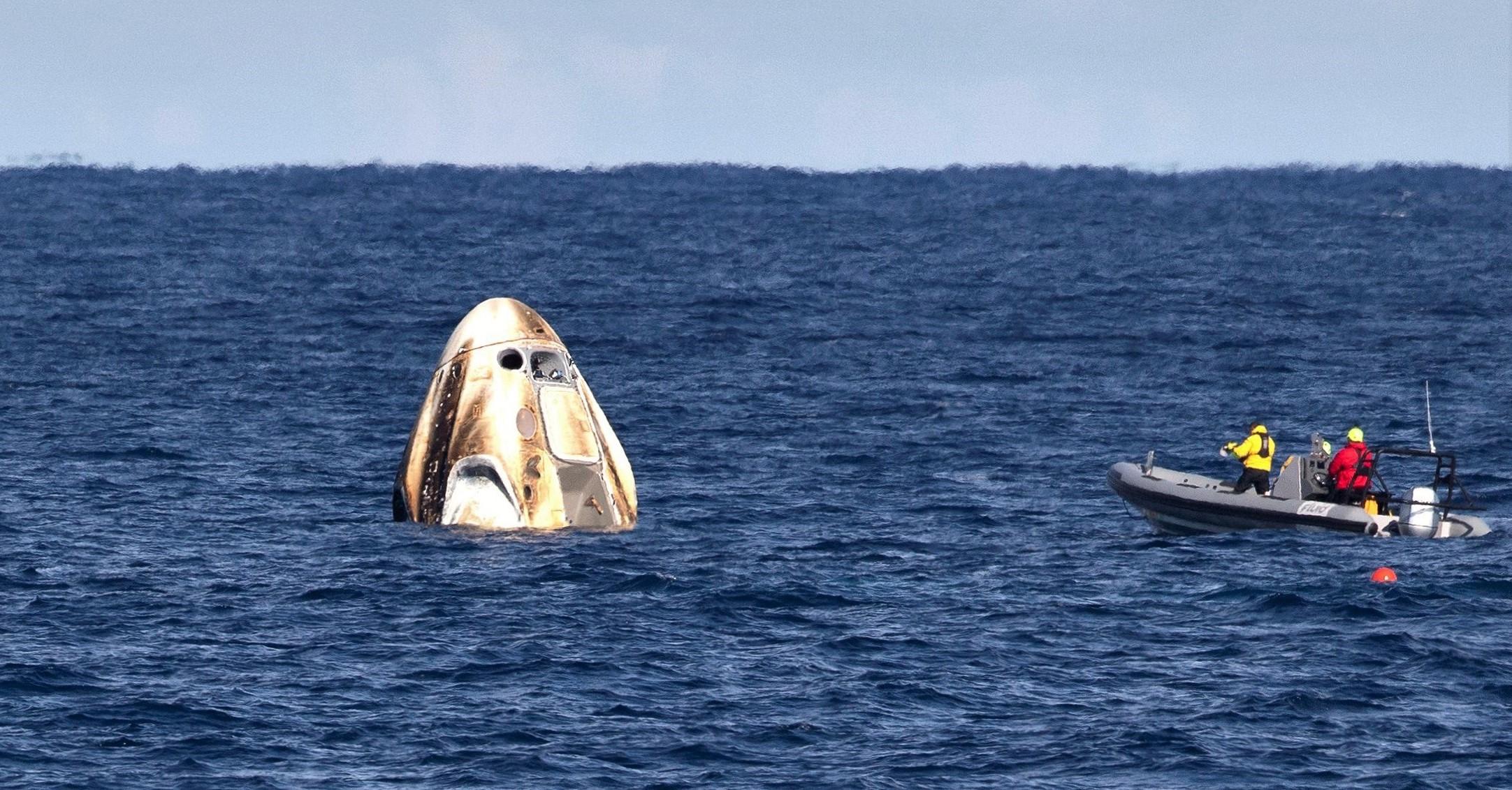 Crew Dragon DM-1 parachute splashdown 030819 (NASA) 7 crop