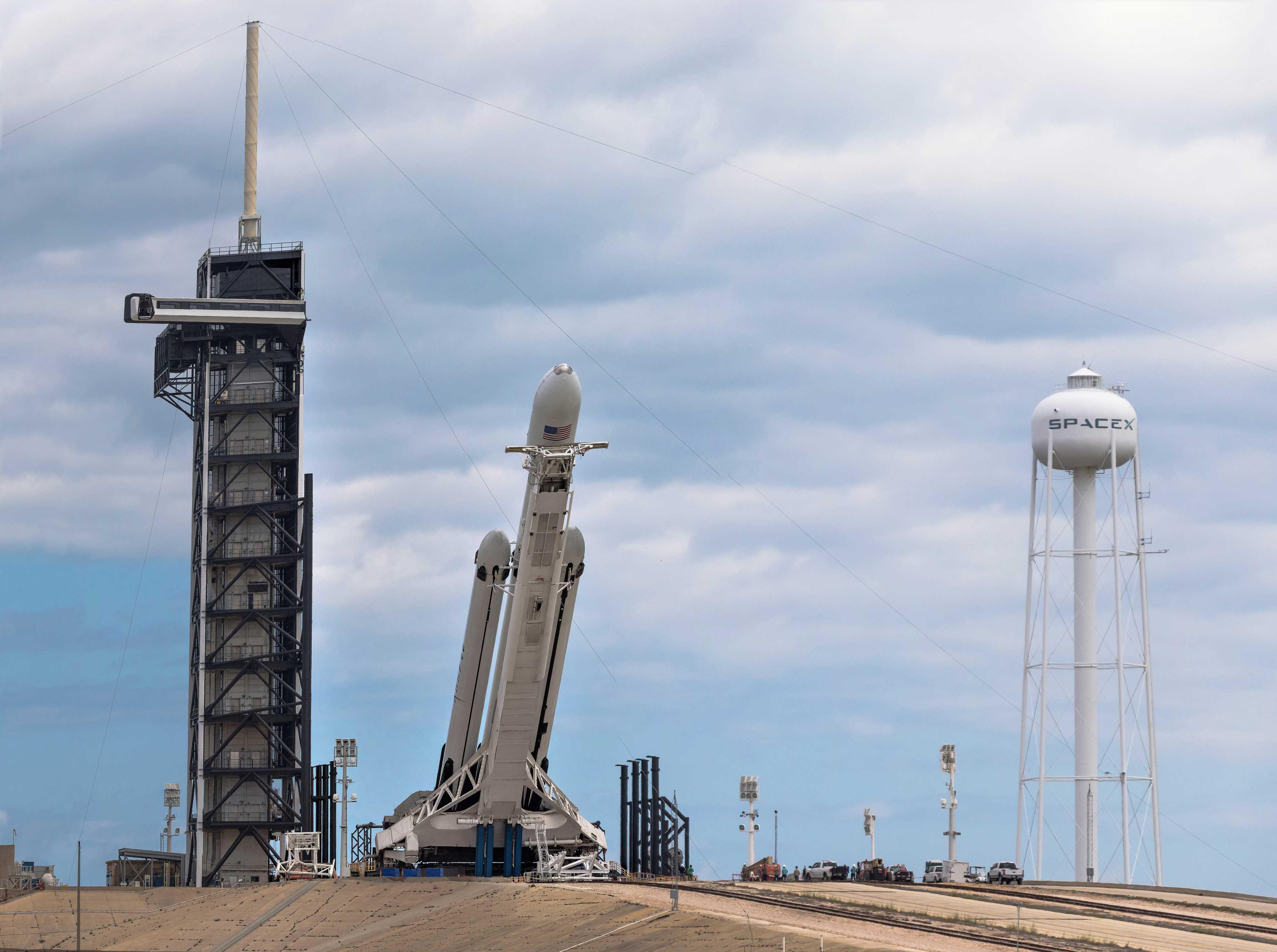 Falcon Heavy Flight 2 prelaunch 39A (Pauline Acalin) pano 5 (c)