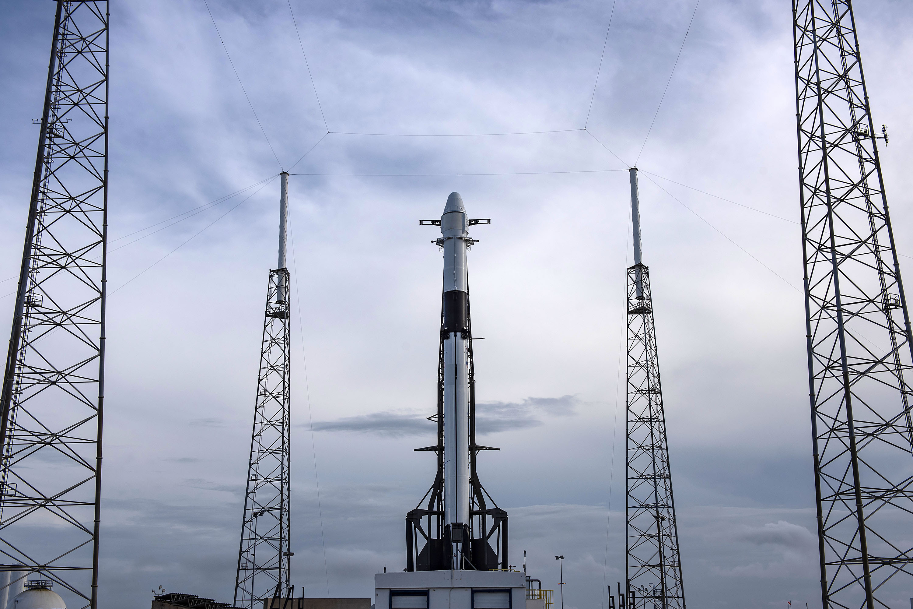 Falcon 9 B1056 CRS-17 Cargo Dragon vertical LC40 (SpaceX) 1
