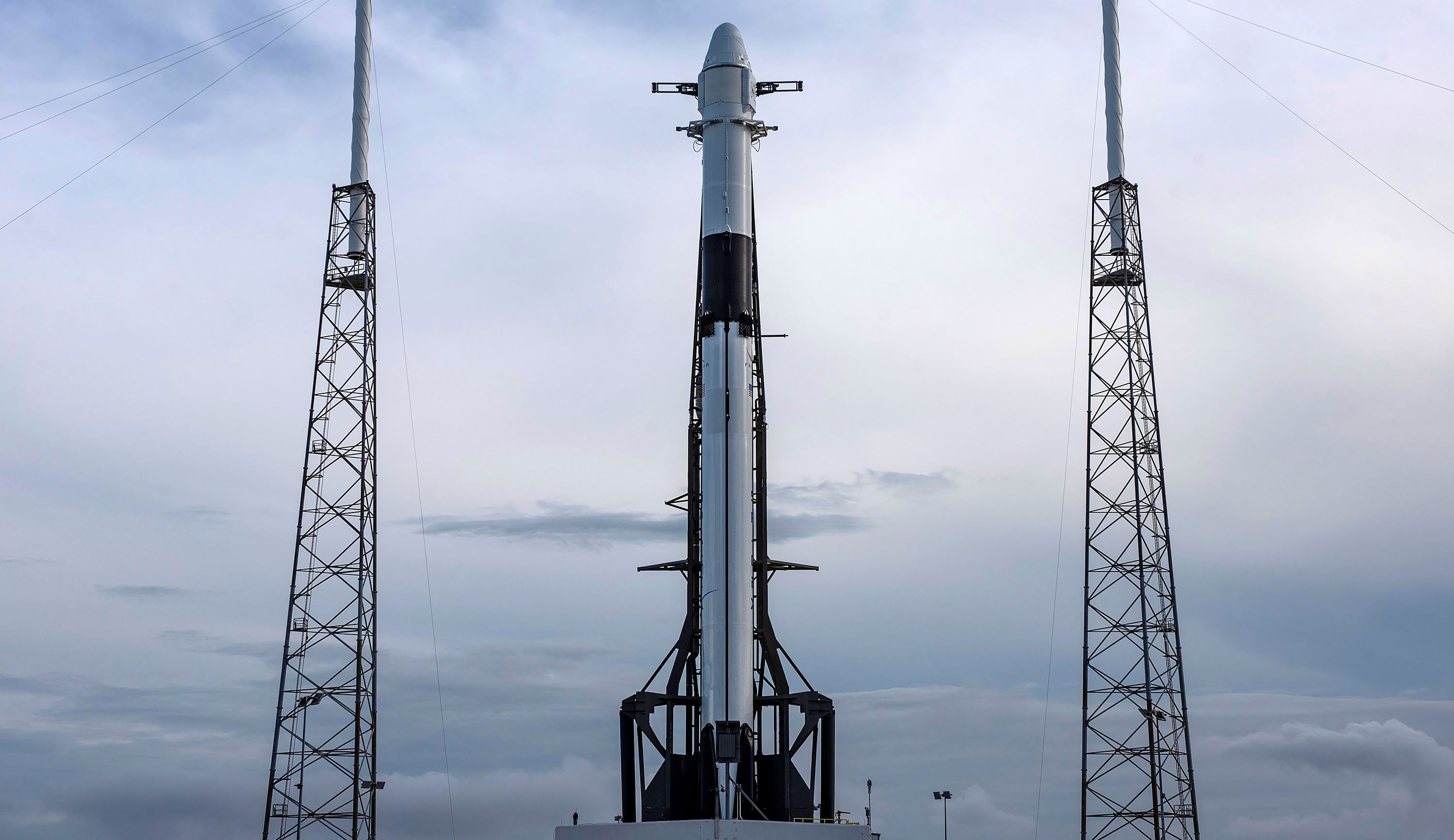 Falcon 9 B1056 CRS-17 Cargo Dragon vertical LC40 (SpaceX) 2 crop