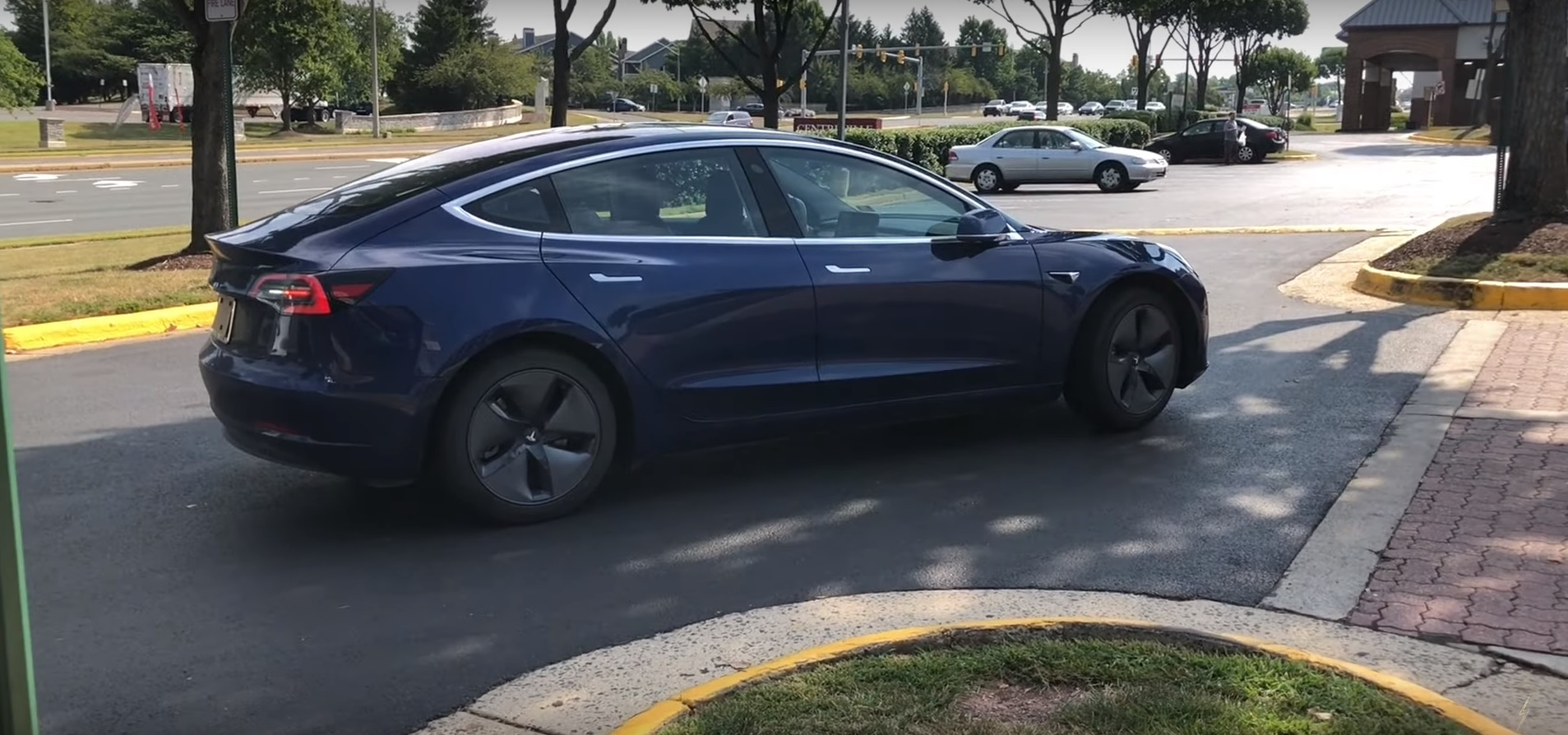 Tesla-Smart-Summon-parking-lot-curb-1