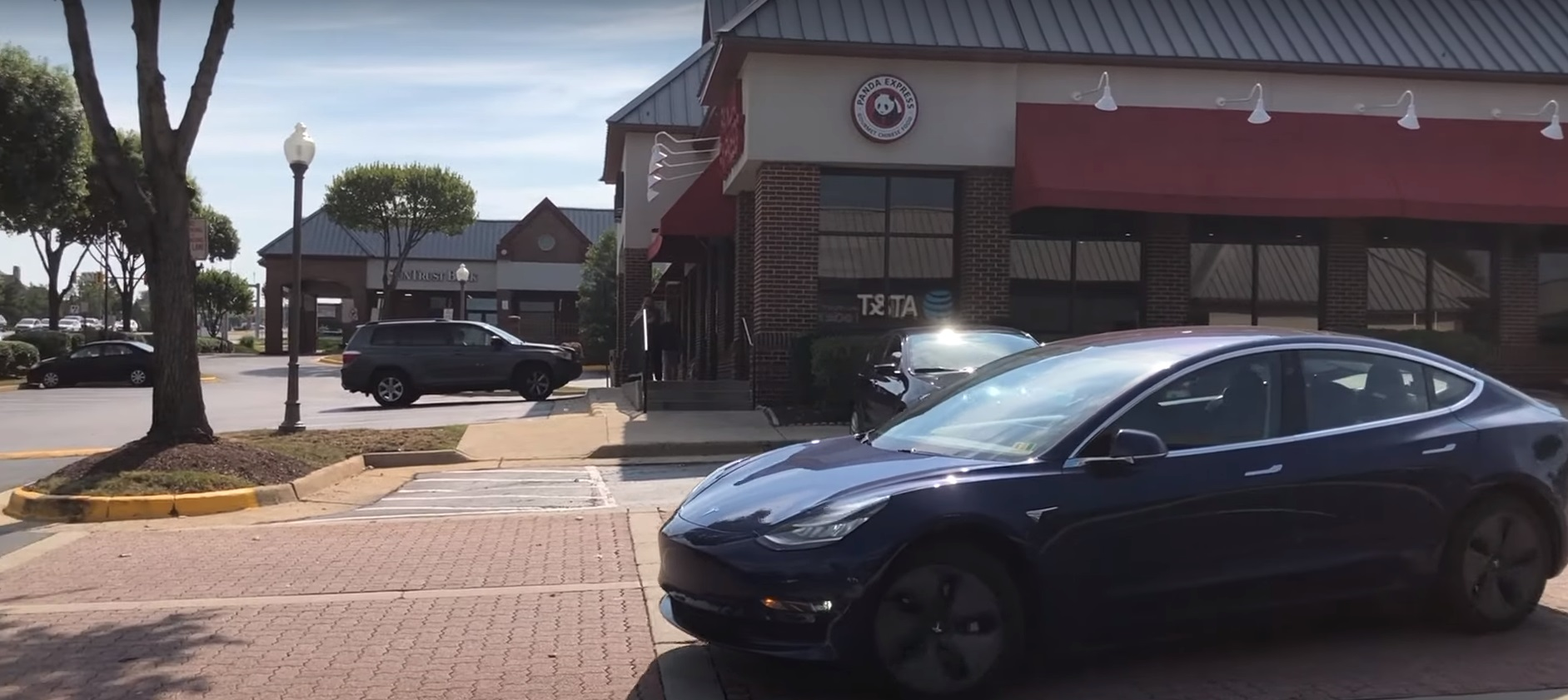 Tesla-Smart-Summon-parking-lot-curb-2