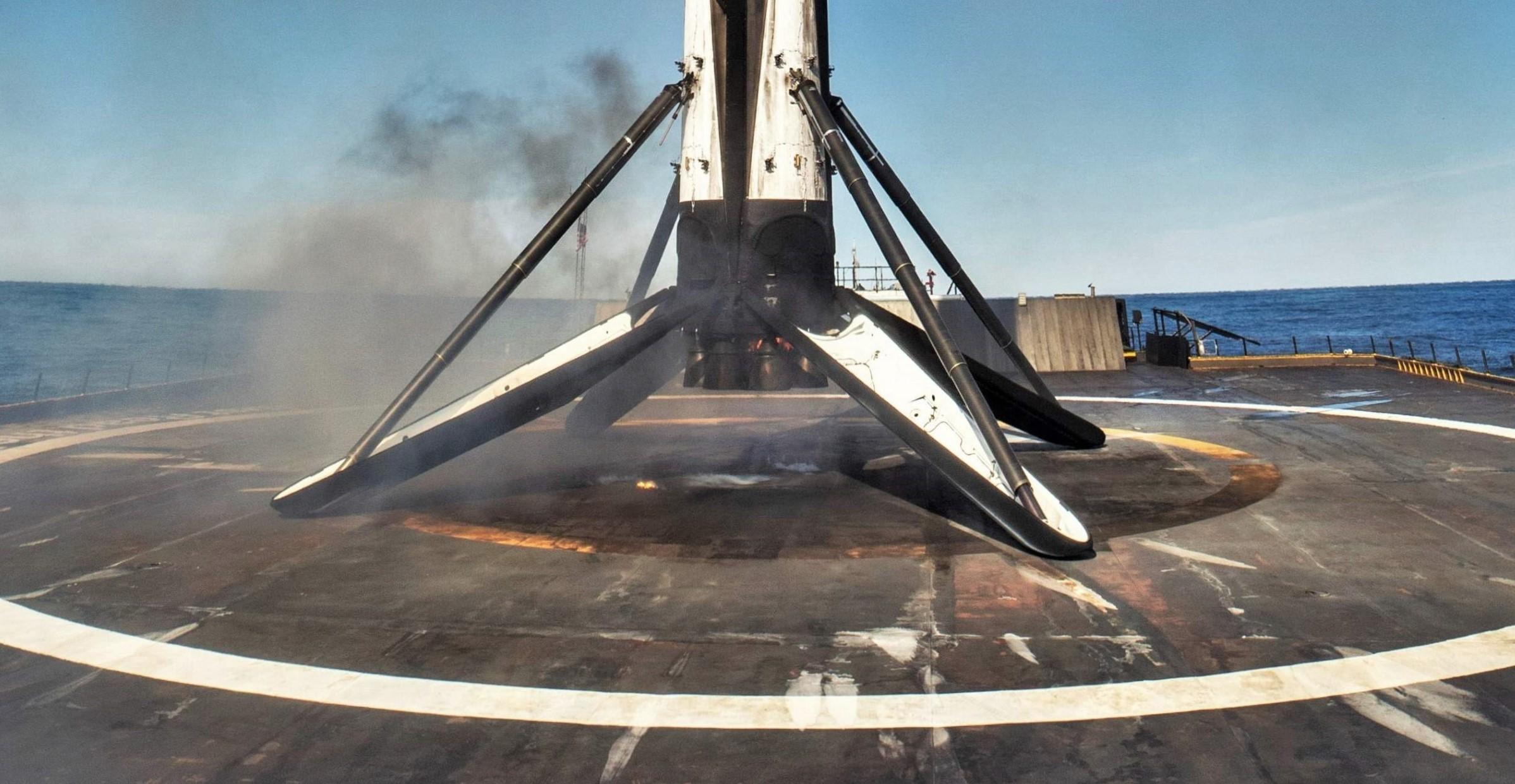 Falcon 9 B1046 SSO-A third landing (SpaceX) 3 edit crop