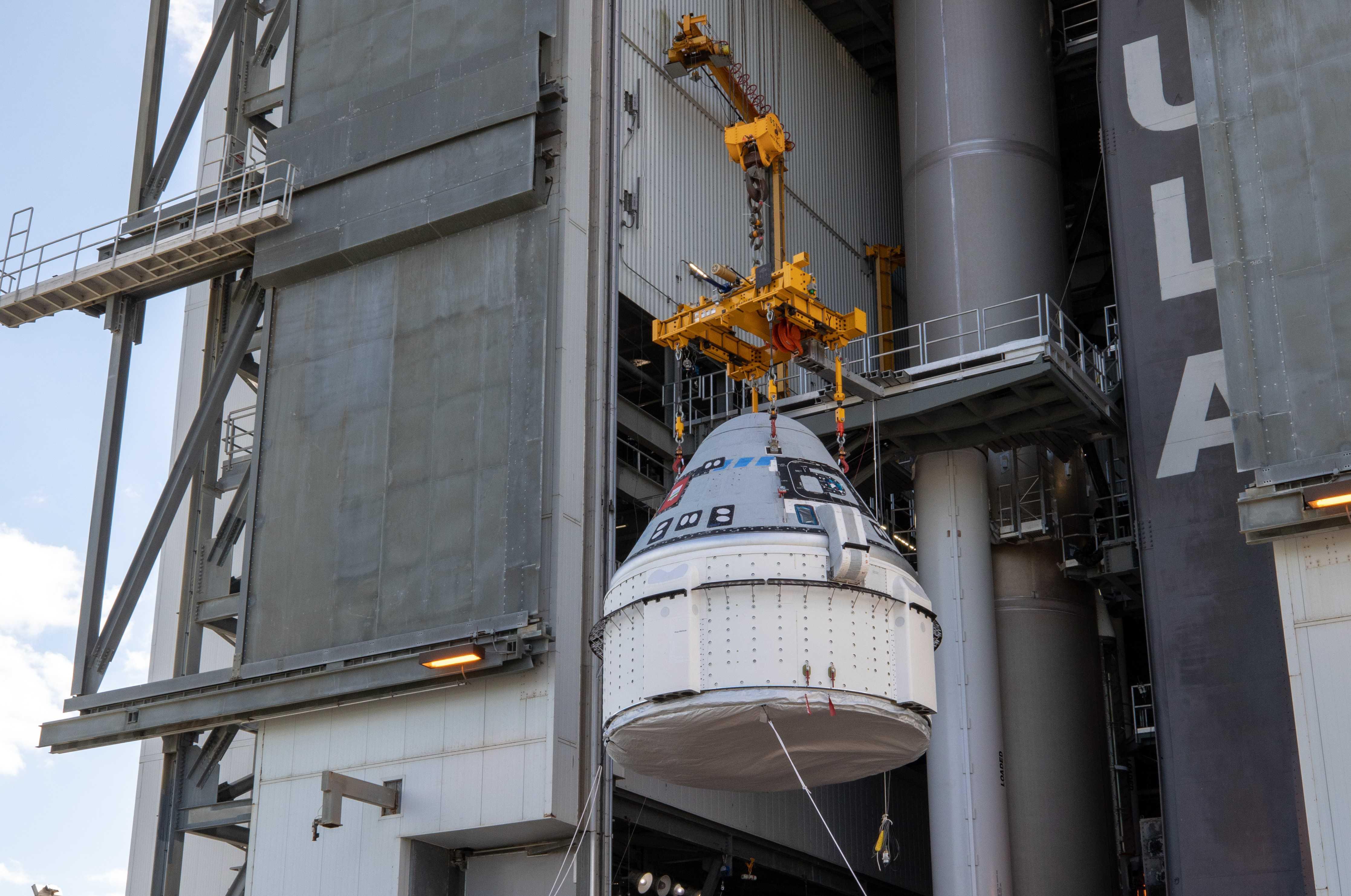 Starliner OFT Atlas V stacking 112119 (NASA – Cory Huston) 2 crop (c)