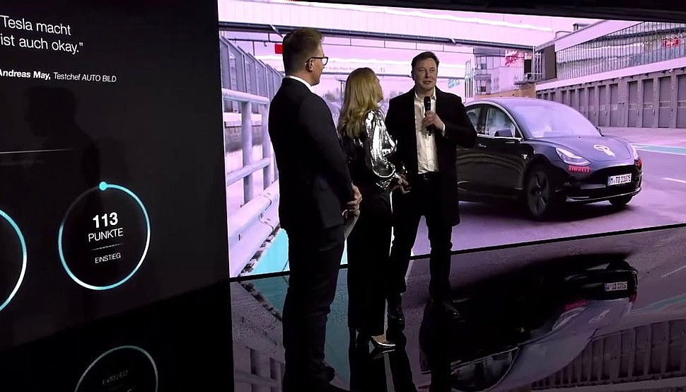 elon-musk-golden-steering-wheel-award-1
