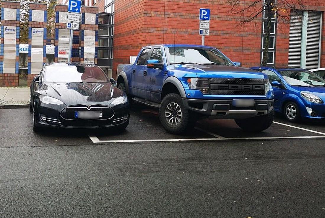 tesla-berlin-truck-block-supercharger