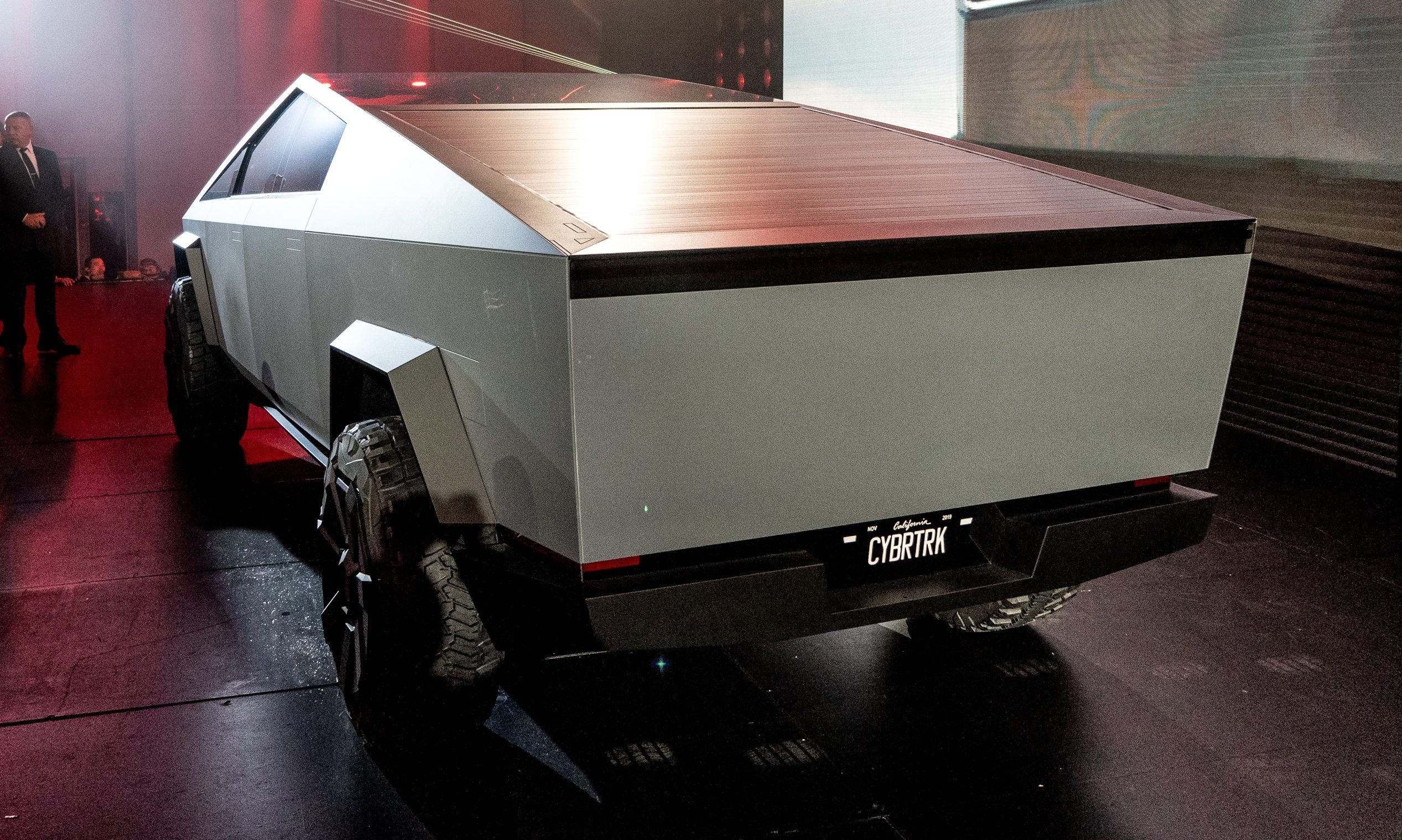 tesla-cybertruck-closed-bed-storage