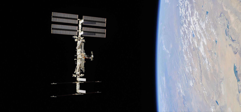 ISS Soyuz fly-around 100418 (NASA-Roscosmos) 10 (3) (c)