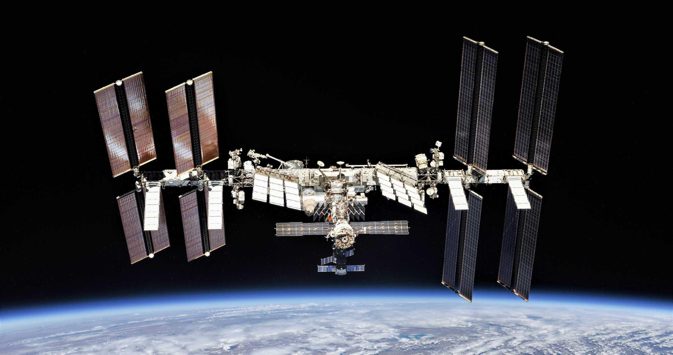 ISS Soyuz fly-around 100418 (NASA-Roscosmos) 3 (2) (c)