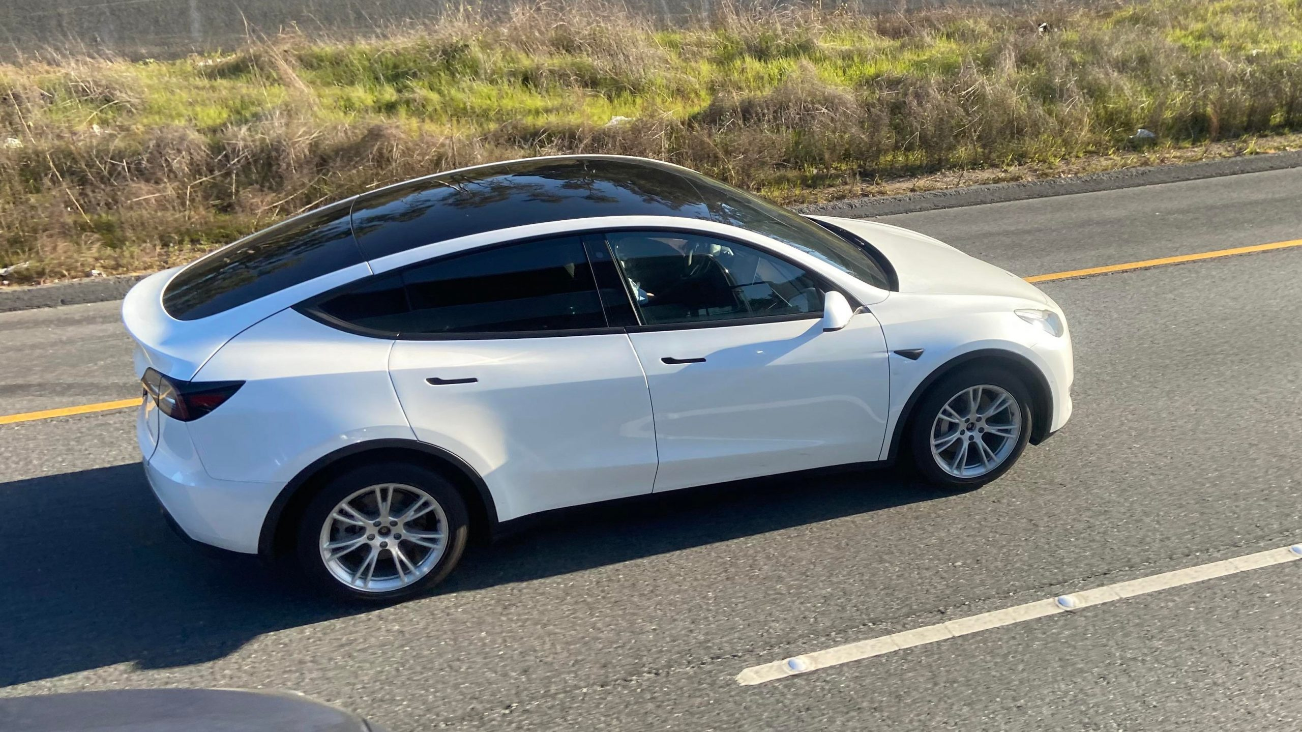 Tesla-Model-Y-white-chrome-delete