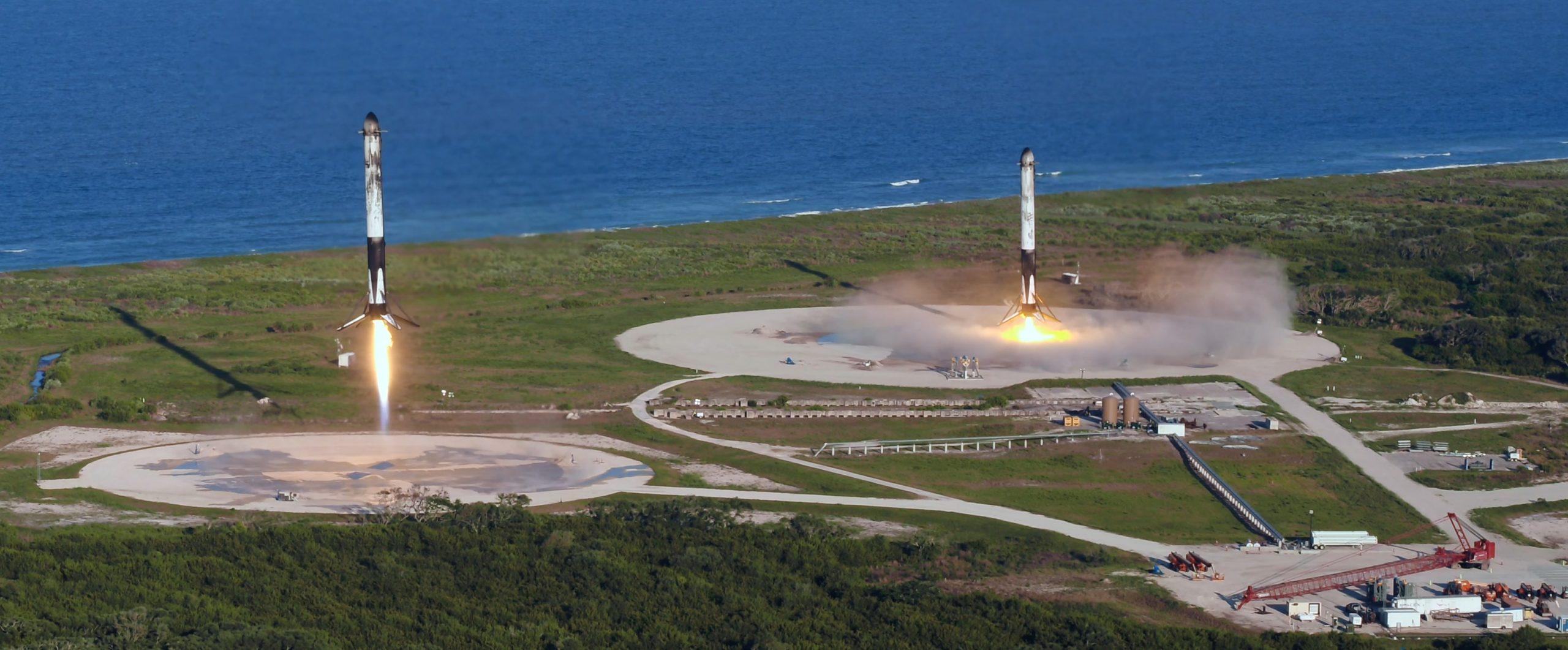 Falcon Heavy Arabsat 6A B1052 B1053 LZ-1 LZ-2 041120 (SpaceX) 1