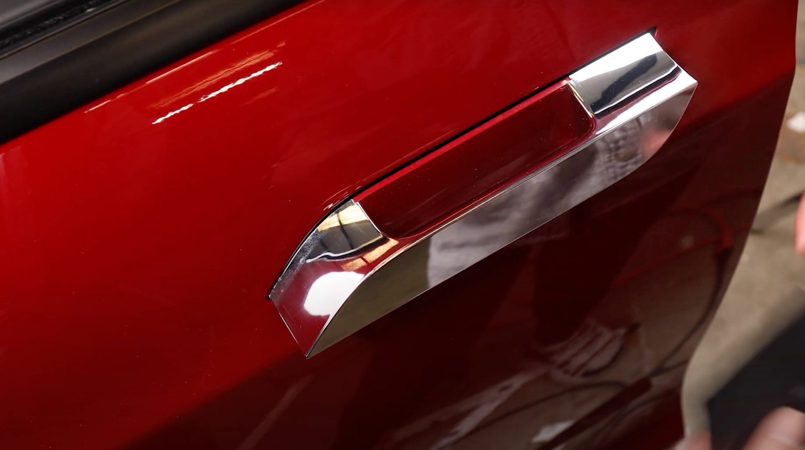 Tesla Model S self-presenting door handle