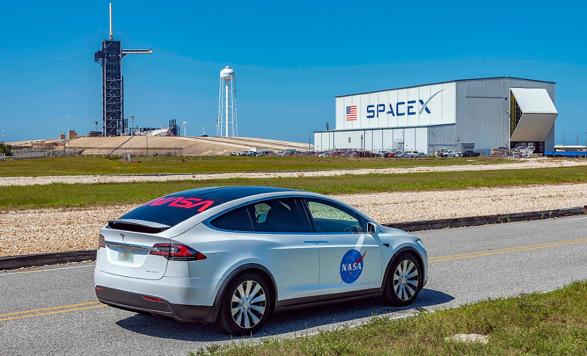 tesla-model-x-spacex-kennedy-space-station-demo-2