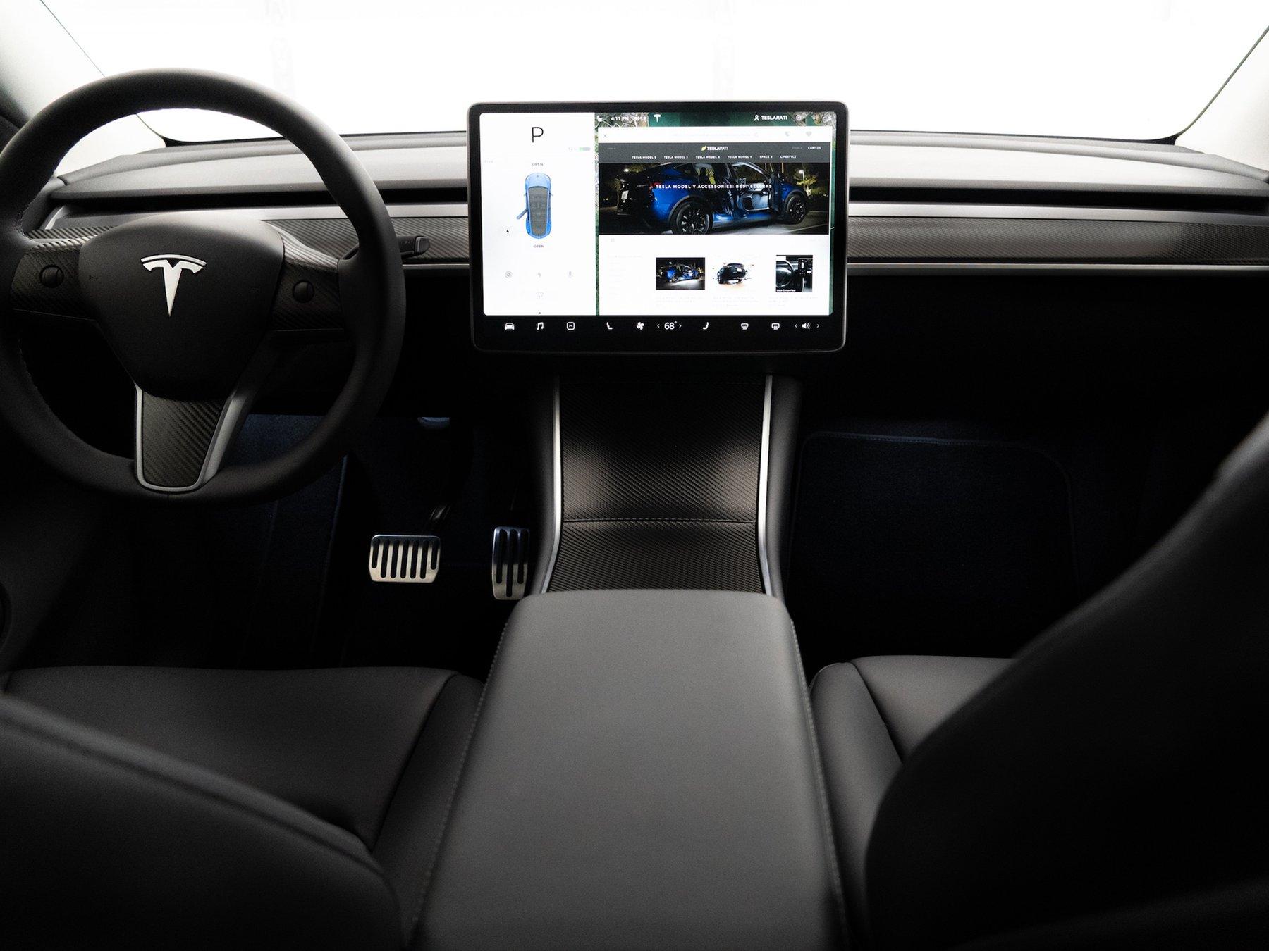 Tesla-Model-Y-interior-dash-carbon-fiber
