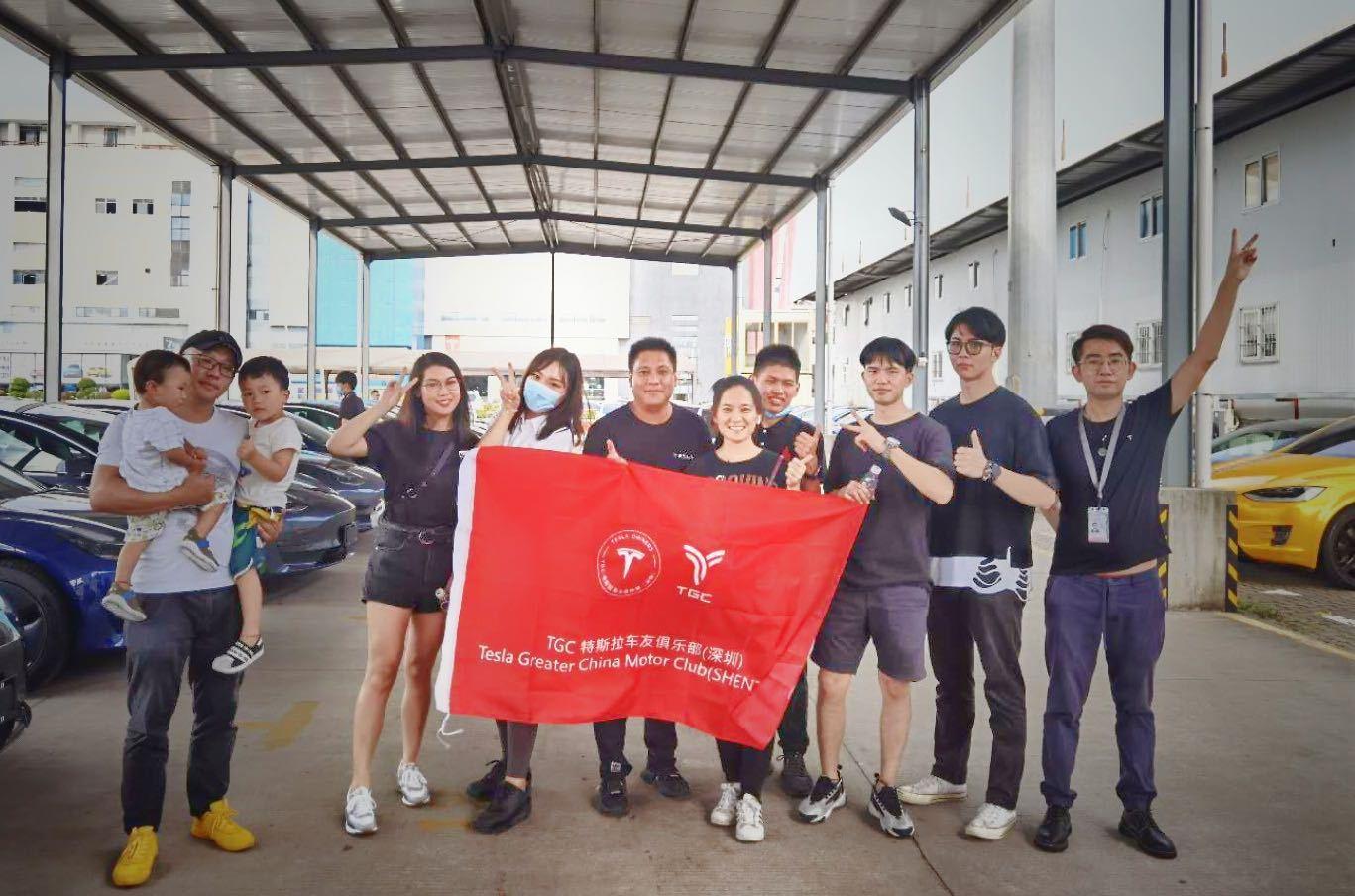 tesla-china-volunteers-delivery