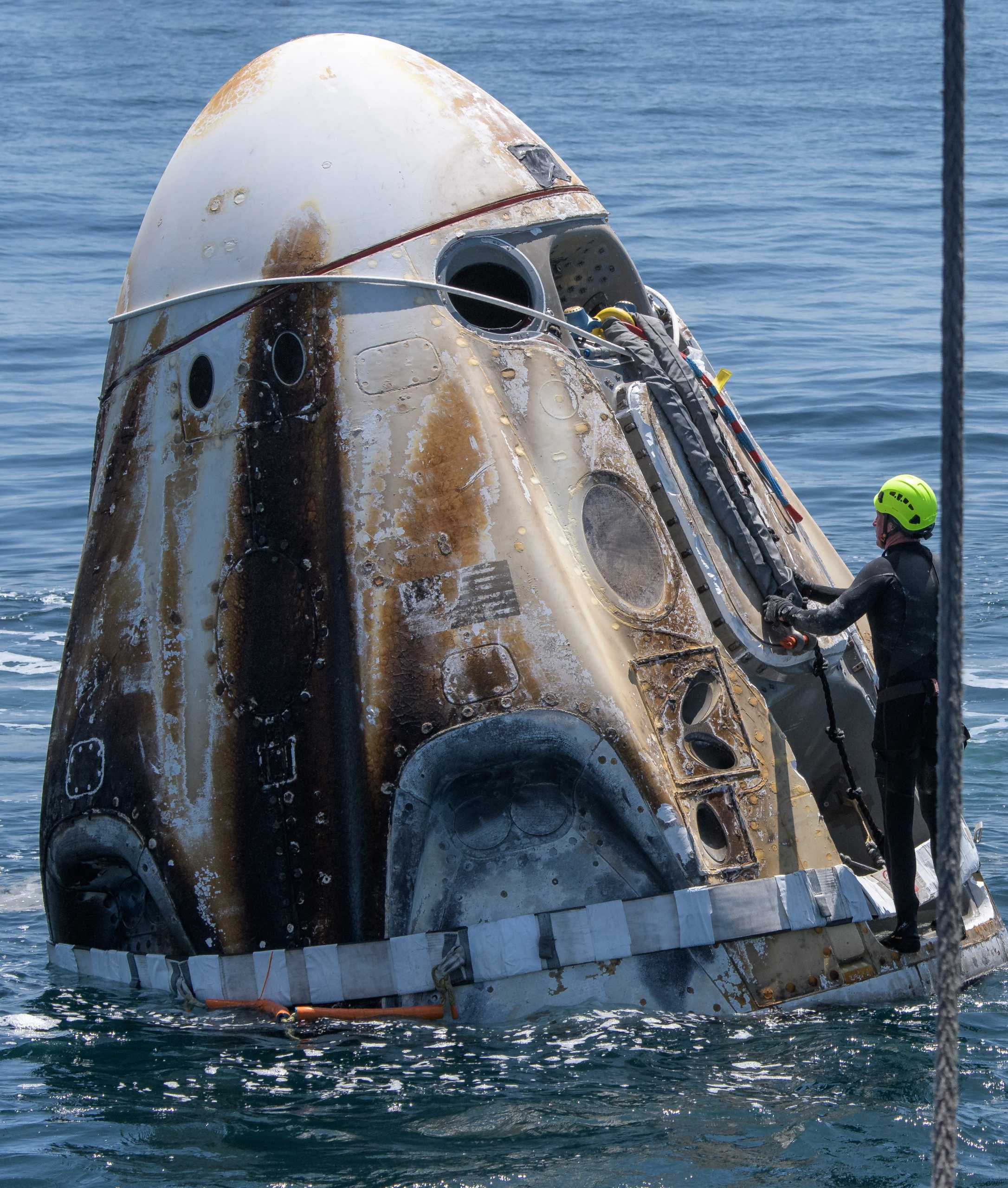 Crew Dragon Demo-2 C206 splashdown 080220 (NASA – Bill Ingalls) recovery 3 (c)