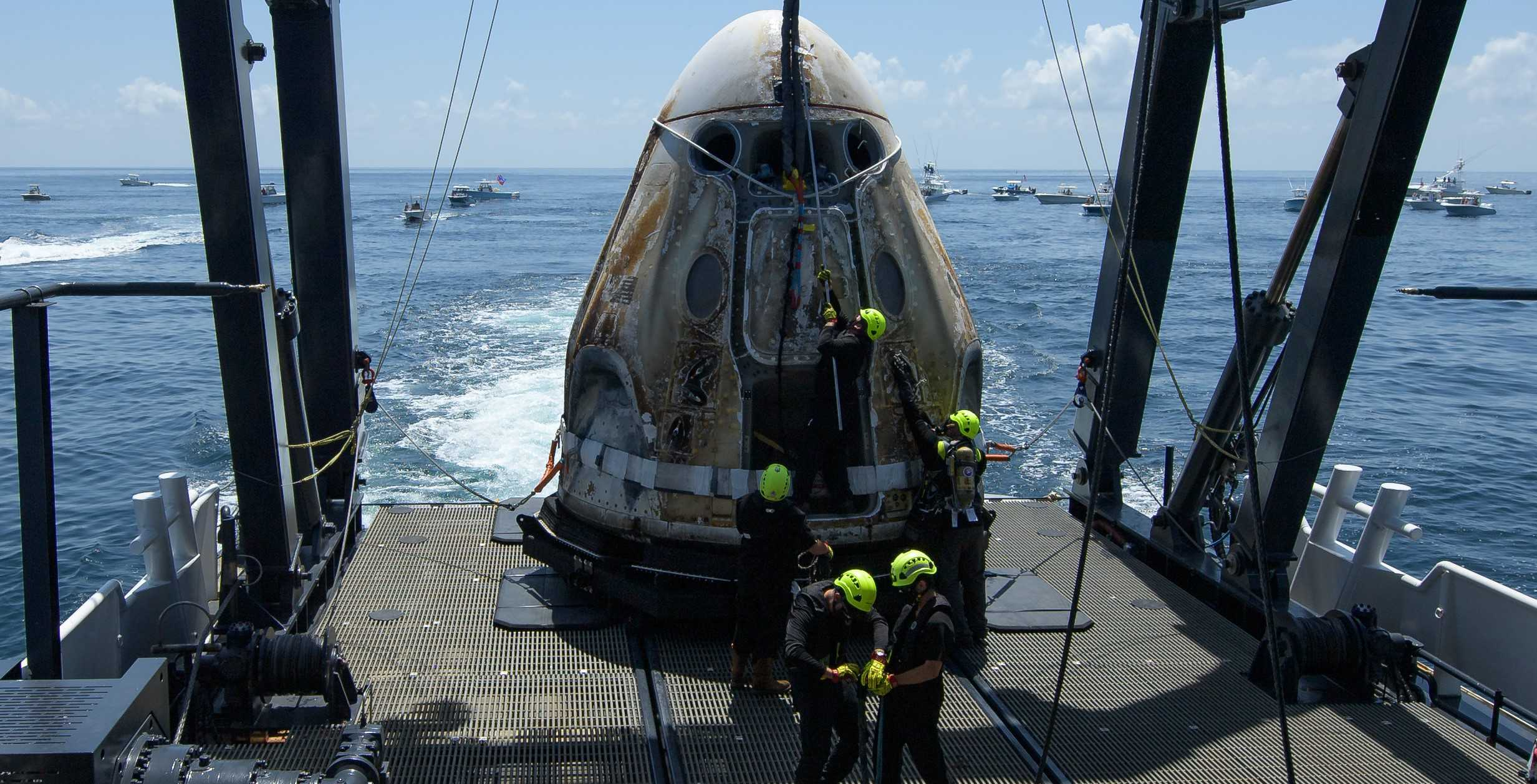 Crew Dragon Demo-2 C206 splashdown 080220 (NASA – Bill Ingalls) recovery 5 crop (c)