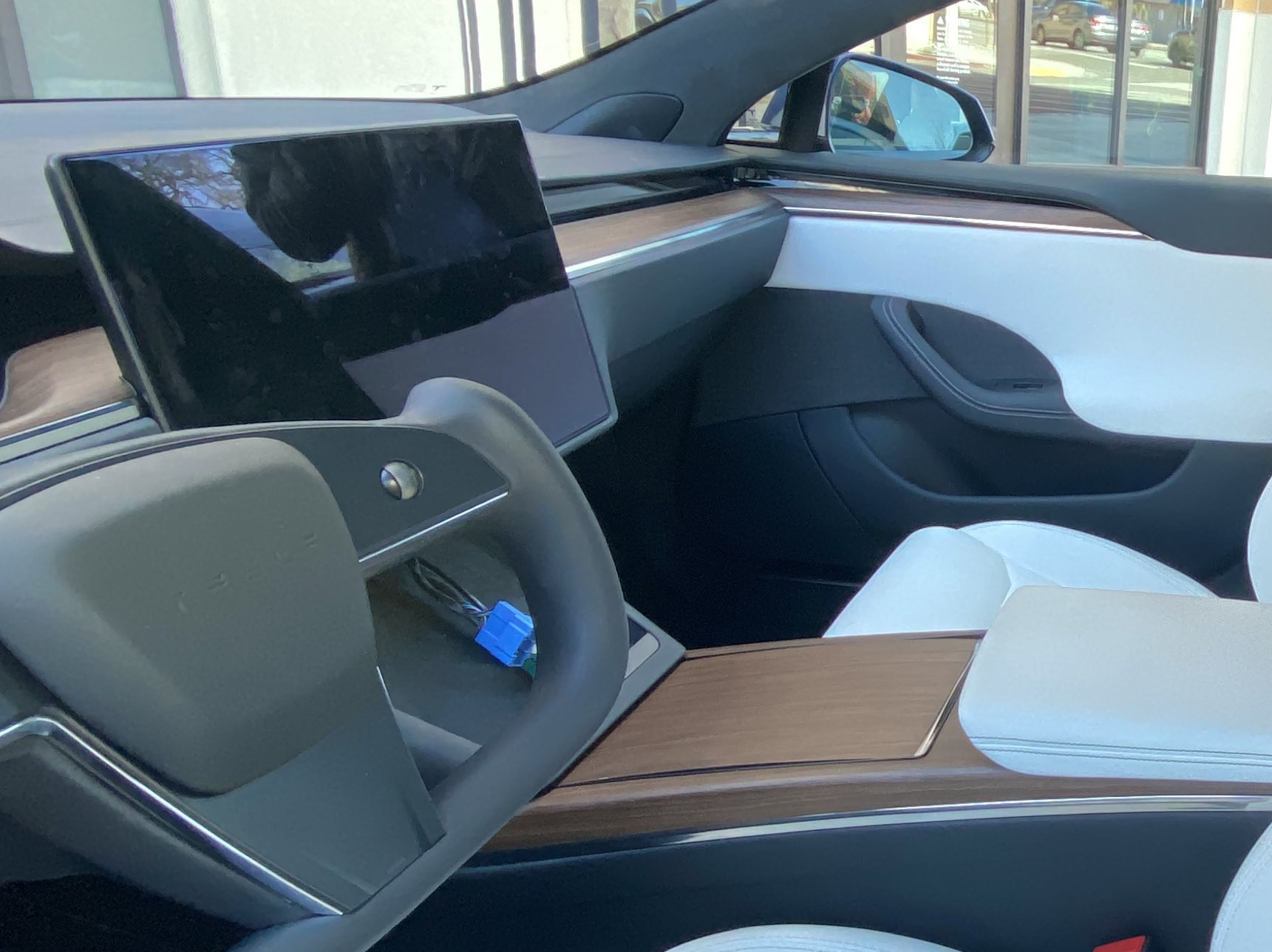 Tesla Model S Yoke steering wheel and refreshed interior (Credit: The Kilowatts)