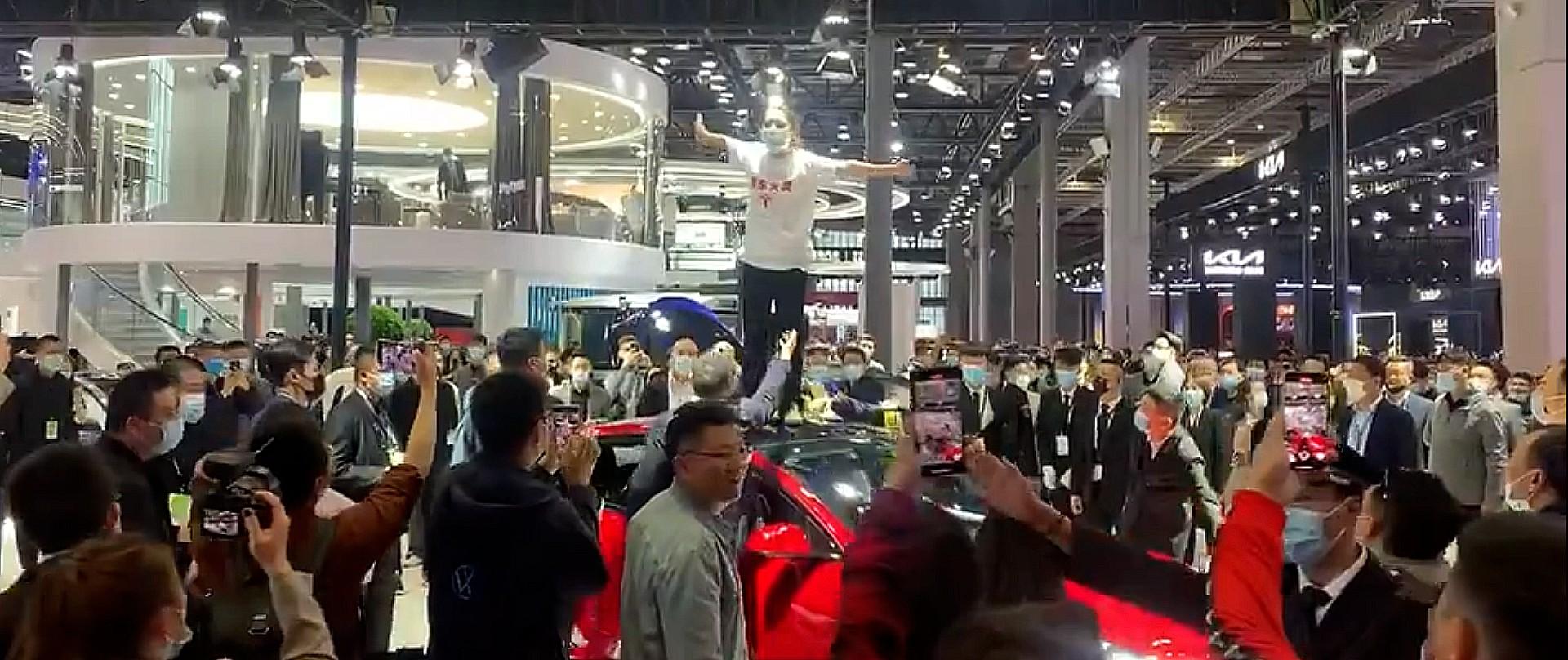 tesla-woman-protest-shanghai-auto-show