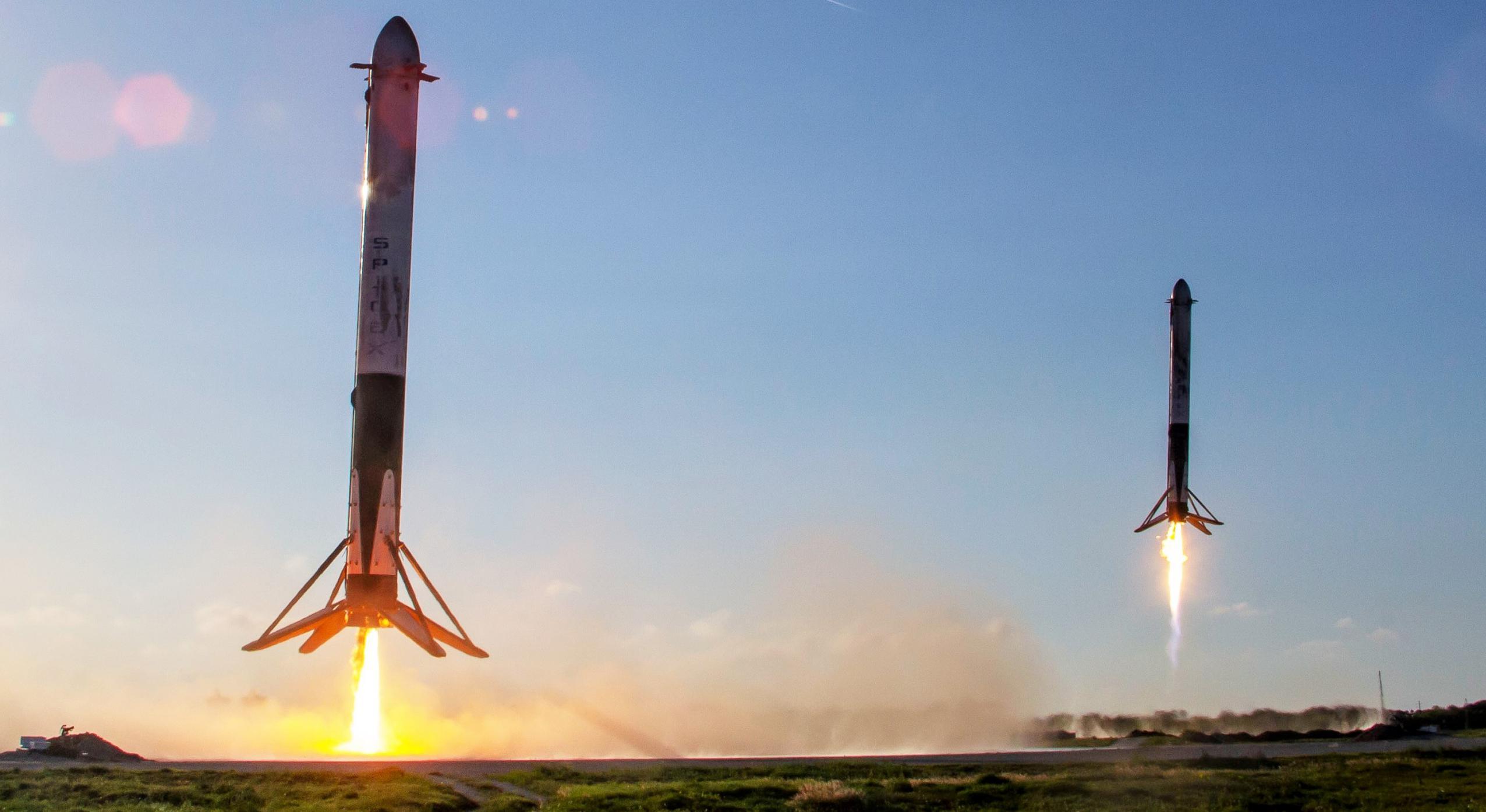 Falcon Heavy B1052 B1053 LZ landing (SpaceX) 1 crop (c)