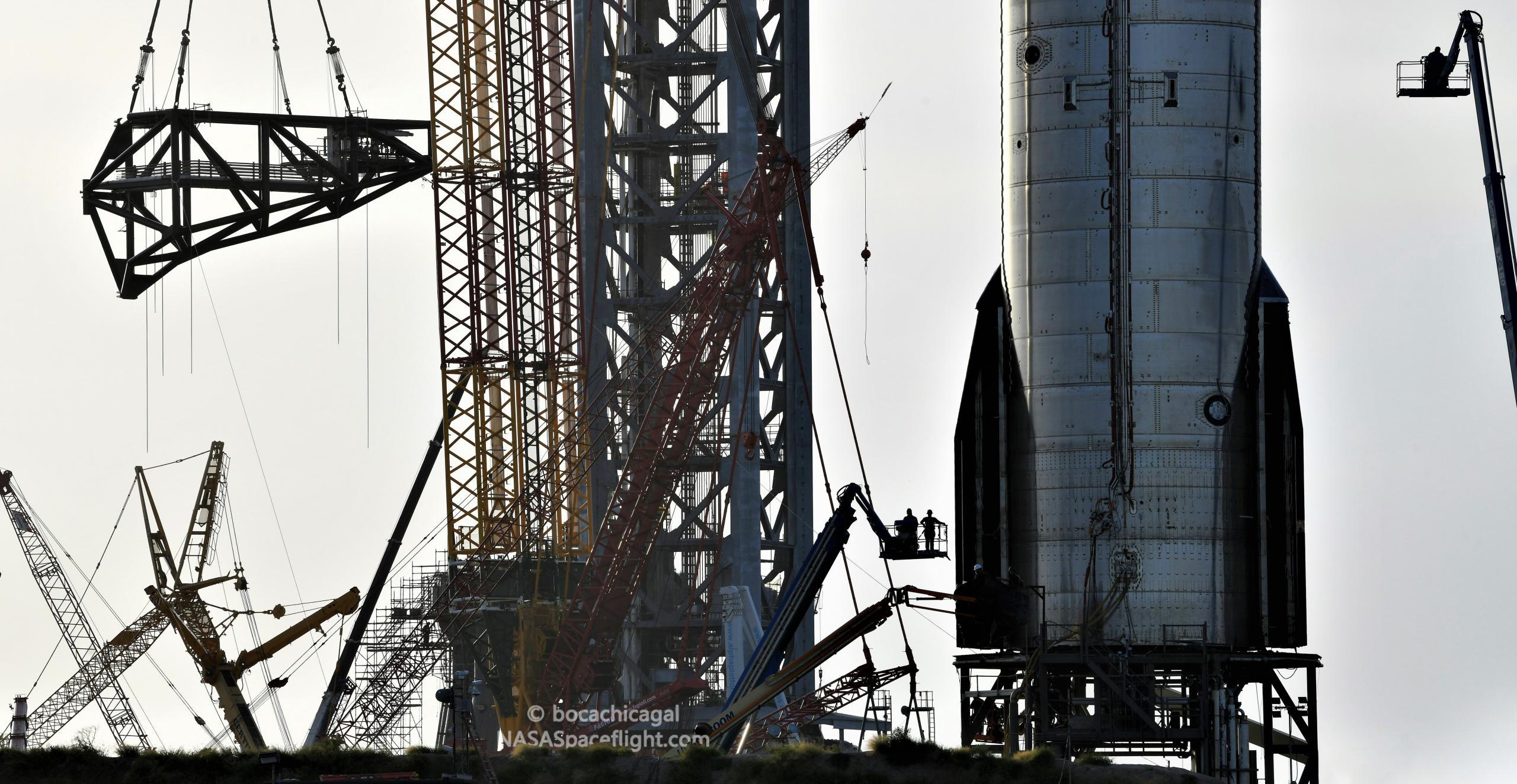 Starship Boca Chica 082921 (NASASpaceflight – bocachicagal) tower QD arm install + S20 2 crop (c)