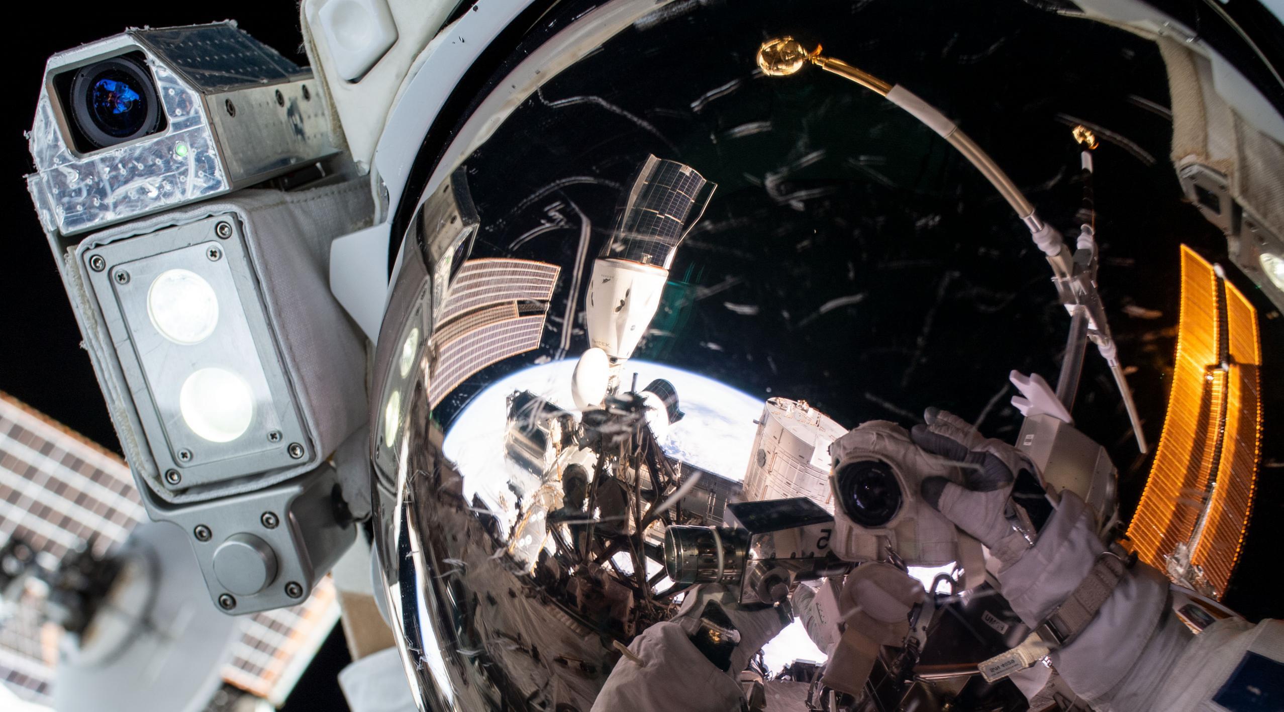 GMT255_21_59_For ESA_Thomas Pesquet_Thomas Camera EVA